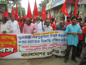 "The activists of Bangladesh workers party, another leftist party, with their banner. In the middle of the banner in red they say: ""The agreement of Khaleda Government, the promise of Hasina Government, we want the full implementation of six demands"""